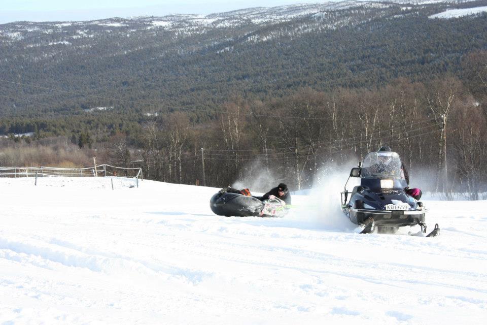 Snøscooter og rafting etter snøscooter