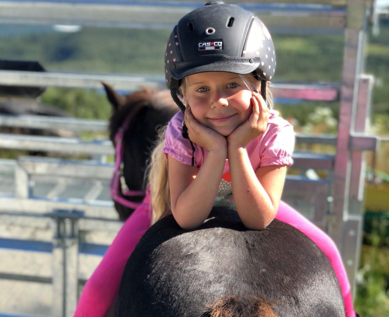 Leietur på hest for barn - Skogshorn Rideleir
